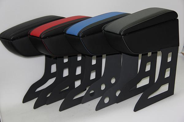 Материал обшивки — качественная эко-кожа. Специально разработанная конструкция позволяет установить или снять подлокотник за считанные секунды, при этом его устойчивость не пострадает. Вертикальная нагрузка до 80 кг. Подлокотники не мешют пользоваться ручным тормозом, устанавливаются в задний подстаканник.
